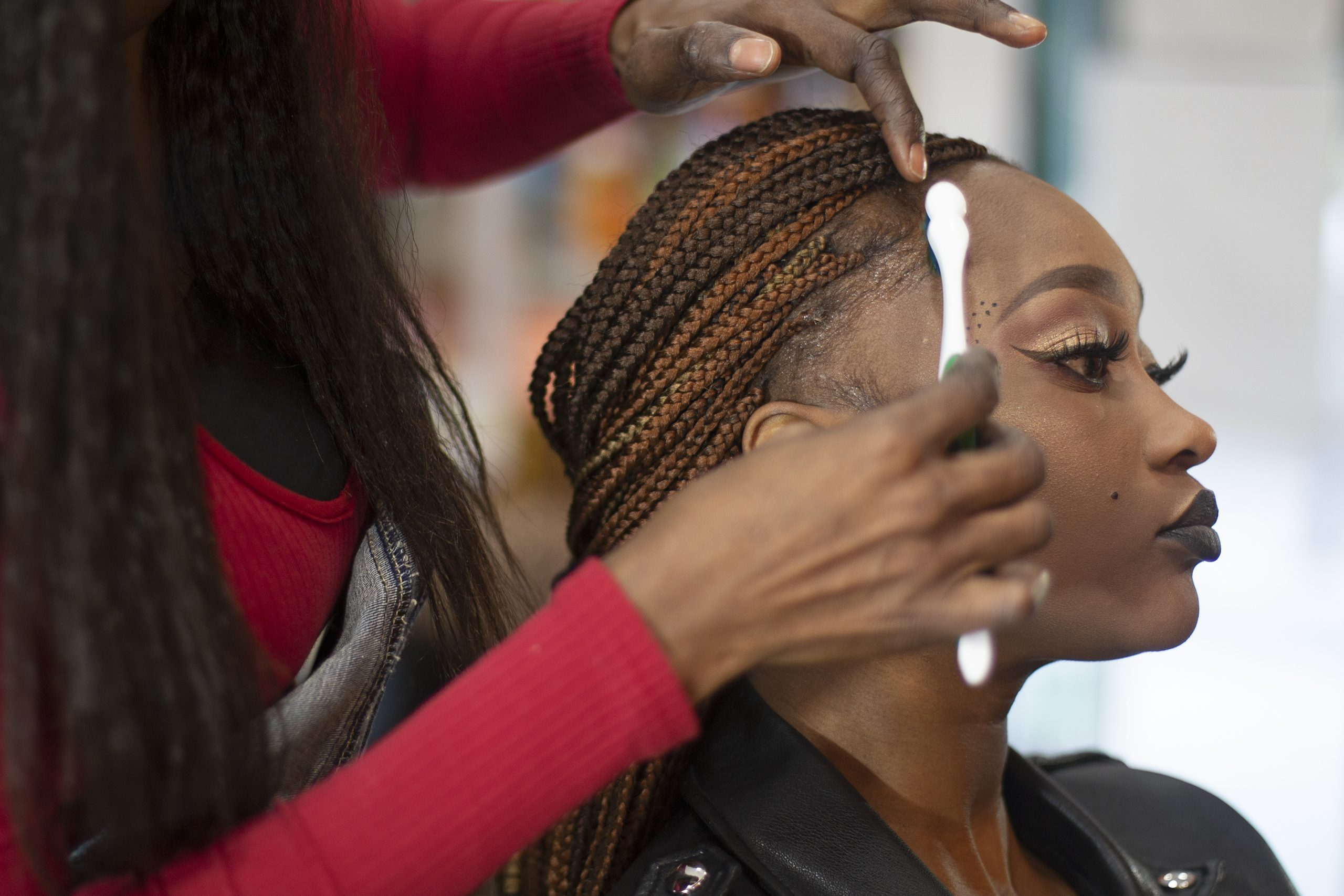woman getting slayed edges hairstyle